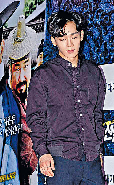 EXO成員Chen驚現親暱蜜照