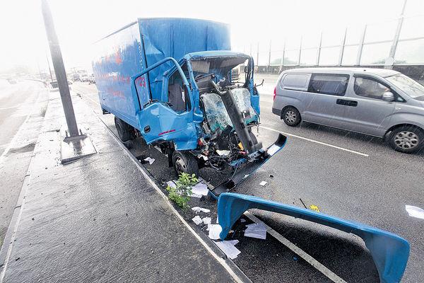 貨車狂撼爆胎車 司機夾死
