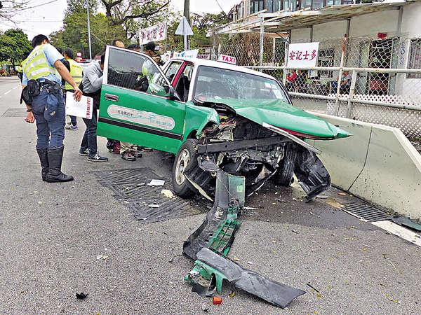疑司機病發 綠的撞壆1死2傷