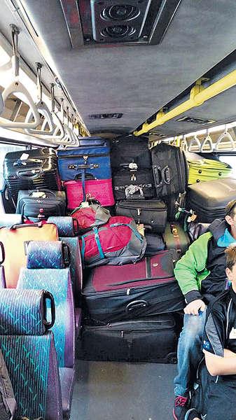 「行李山」封頂 巴士當貨車?
