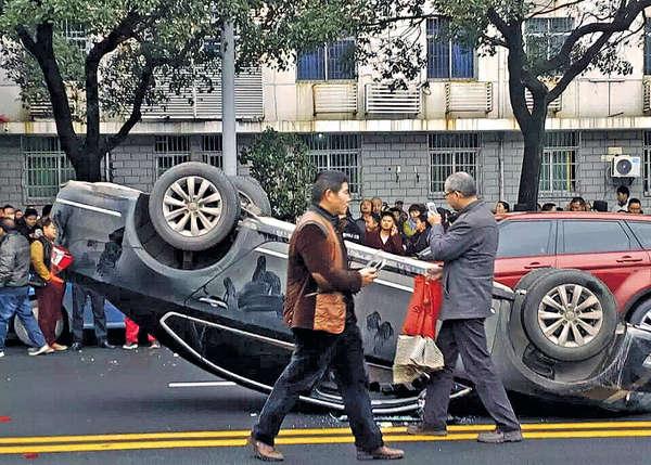 江西的士罷駛 掀翻專車抗議