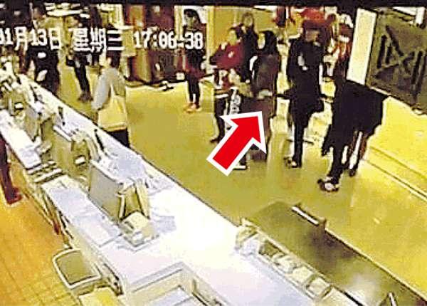 女扒手闖麥記 3秒偷iPhone 6 Plus