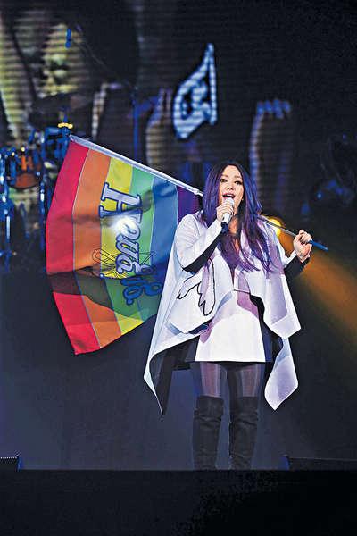 張惠妹紅館揮彩虹旗