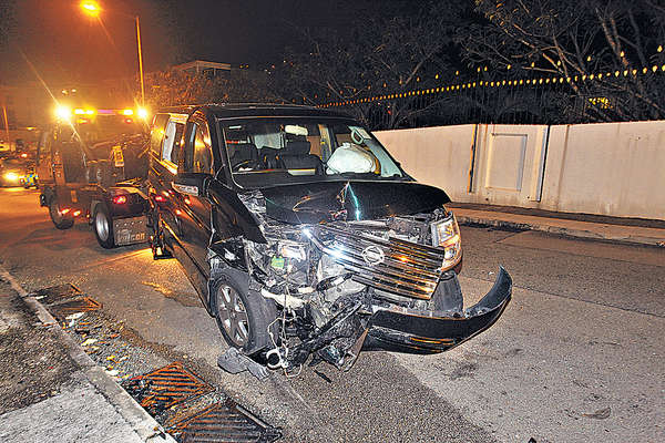 七人車撞的士 酒駕司機賴車燈刺眼