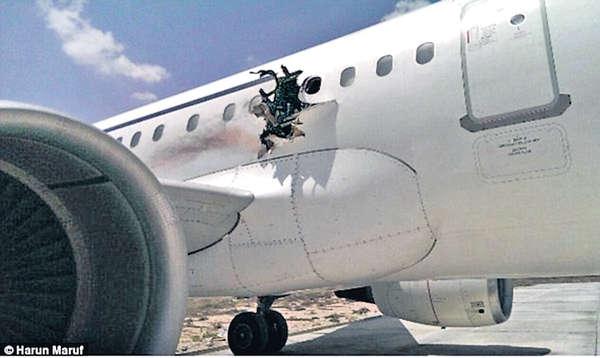 東非客機炸穿窿 傳乘客被吸出機外