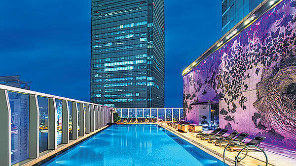 W酒店打造「高空」泳池派對