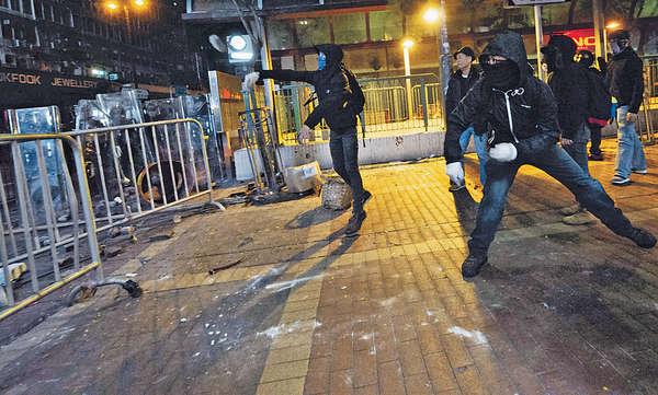 旺角暴亂2000地磚被掘 議員倡禁蒙面