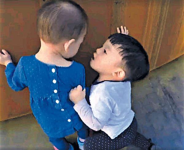 黑人囝囝強吻小女孩 吸80萬點擊