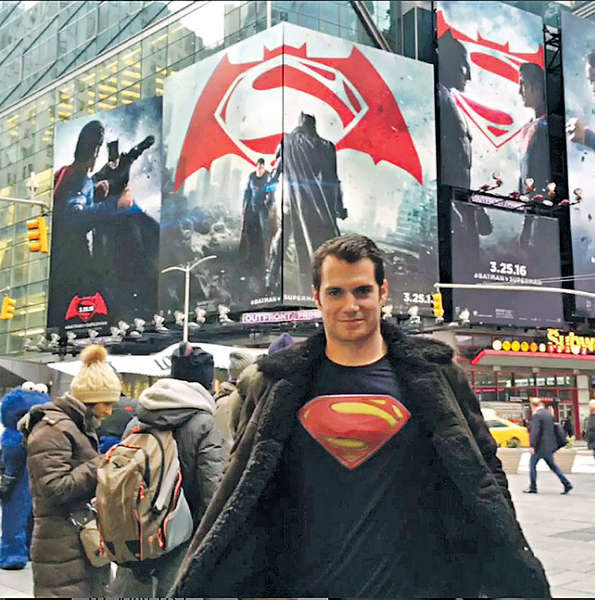 超人流連紐約街頭