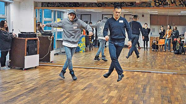 第一次跳街舞 劉鳴煒自嘲似機械人