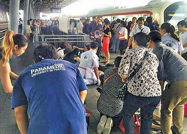 曼谷機場鐵路停電 乘客困車廂7人熱到暈