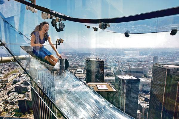 洛杉磯玻璃滑梯 70樓俯衝滑下
