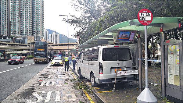 貨Van剷巴士站 「打保齡」傷4人
