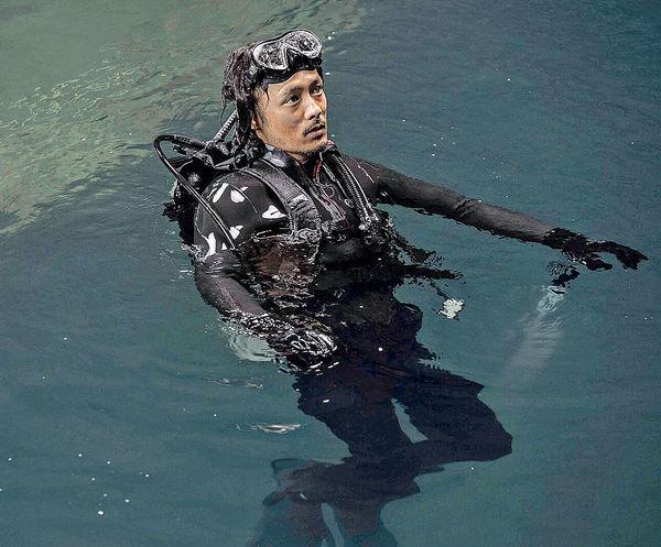 余文樂挑戰潛水打鬥戲