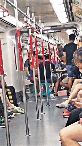 港鐵車廂「開枱」 乘客攻打四方城