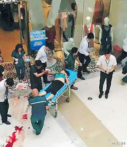 遼寧商場塌天窗 砸傷2女