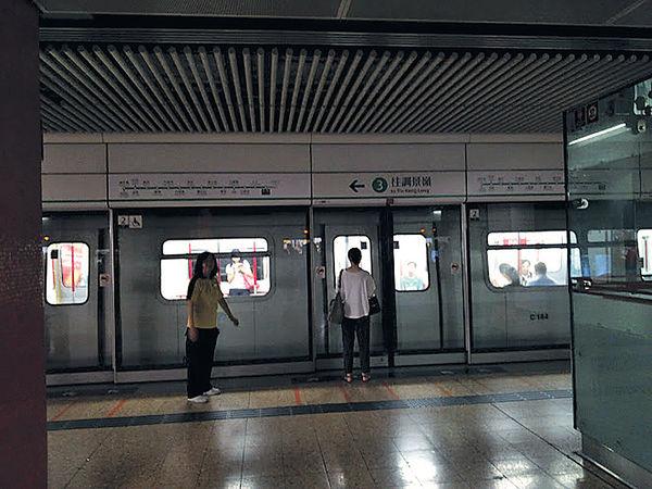旺角站停電 乘客摸黑等車