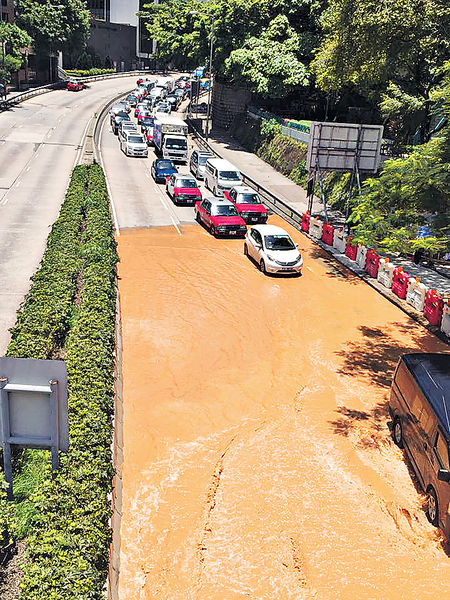 公主道爆水管 癱瘓交通