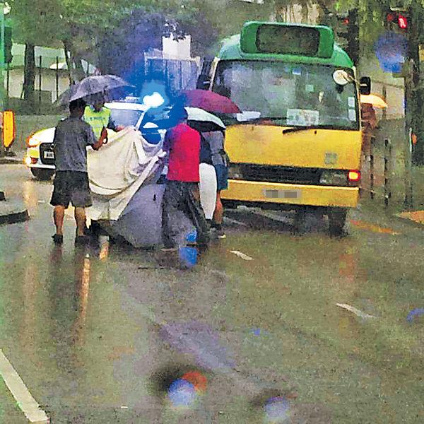七旬漢捱車撞 市民打傘擋雨