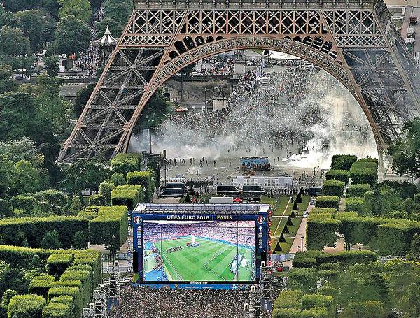 巴黎球迷鐵塔滋事 40人被拘