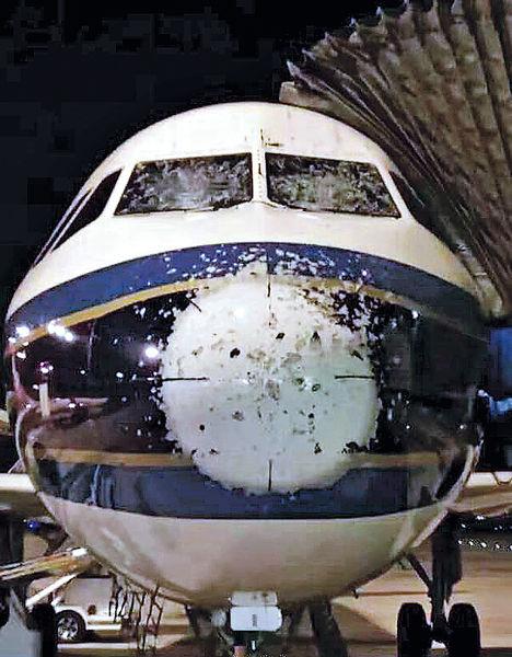 冰雹襲南航客機 擋風玻璃變「蜘蛛網」