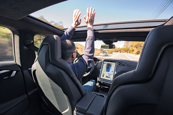 Tesla電動車翻側 疑自駕系統再肇禍