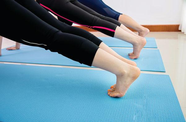 公眾地赤腳玩瑜伽 恐生疣