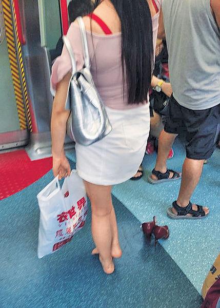 「灰姑娘」無懼別人眼光 脫鞋搭港鐵
