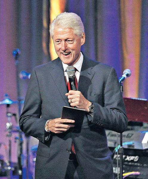 克林頓私會司法部長 「電郵門」調查受質疑