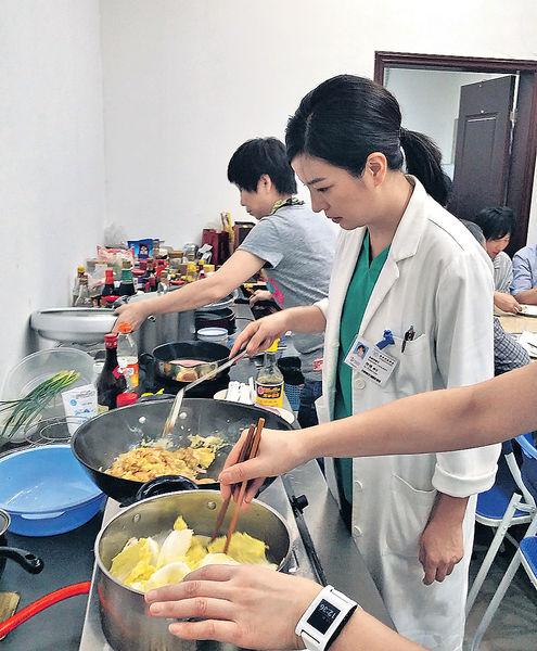 趙薇片場展廚藝