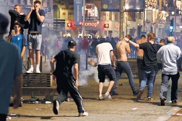 英球迷鬧事 36人被捕