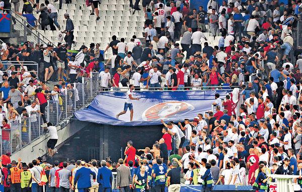 暴力歐國杯 英俄球迷場內外互毆