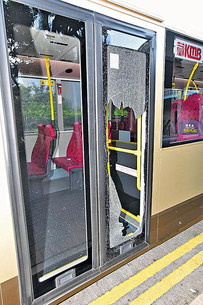 巴士女客失平衡 撞爆門險飛出車