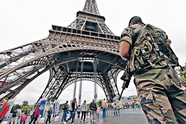 軍隊巡邏防恐 華人特快批證 遊客不減有「法」寶