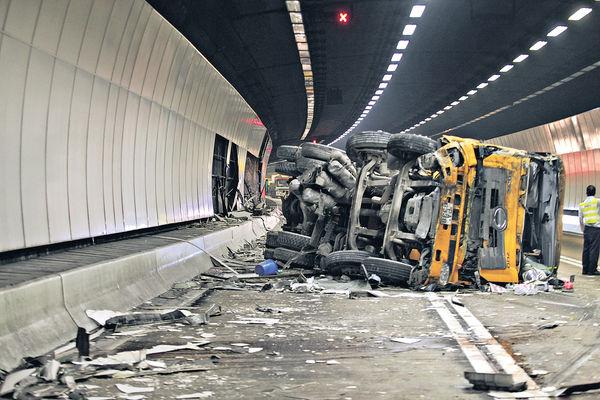 1個鐘兩車禍 欖隧入元朗全綫封4小時