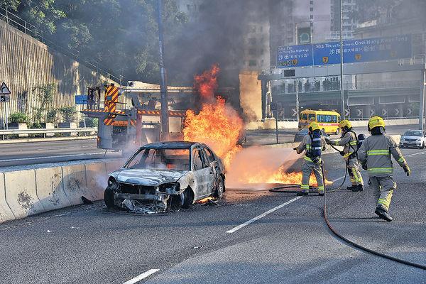 女司機「未瞓醒」 私家車撞壆起火