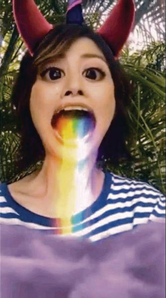 Kelly熱到「嘔彩虹」
