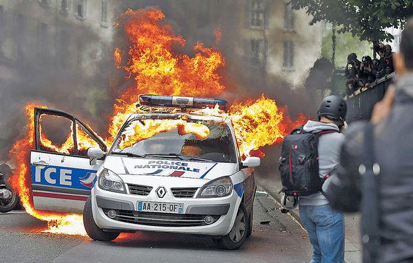 燒警車打警員 巴黎衝突升級