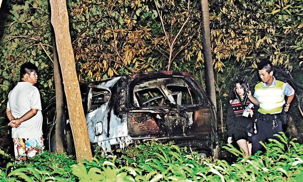 七人車撞欄起火 5男女險死