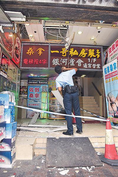 商場塌磁磚 壓毀大堂假天花