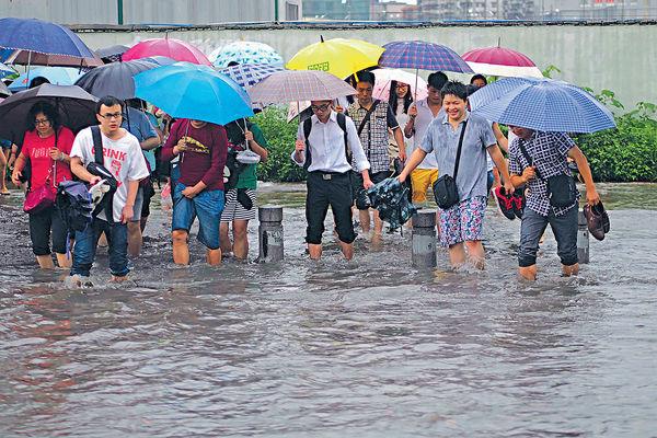 暴雨襲廣東 穗深水浸街
