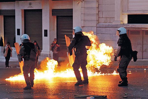 希臘通過緊縮 示威者擲汽油彈
