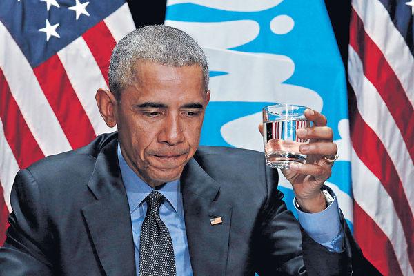 奧巴馬派定心丸 飲「鉛」水證安全