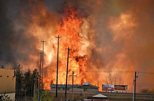 加國山火失控 10萬人大疏散