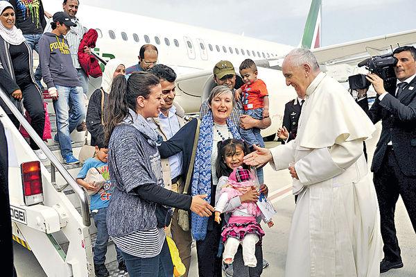 教宗以身作則 收容12敘難民