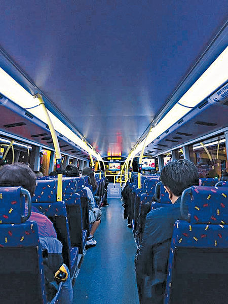 紫藍光巴士車廂 網民:似「殺菌燈」