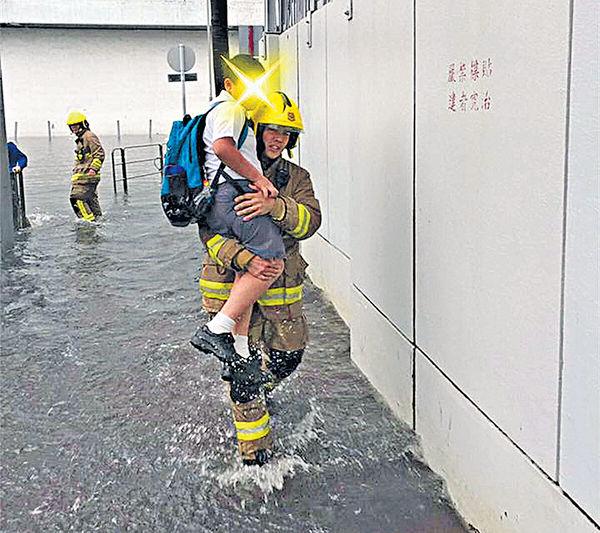 小學生澗水要人抱被批港孩 消防員澄清:主動幫忙
