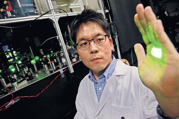 致力發掘新物質 科大學者獲獎