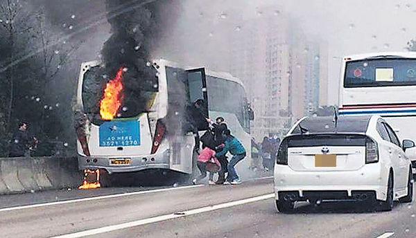 旅巴屯門公路自焚 40人急疏散