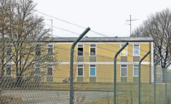 報失擺烏龍 內地客被困德難民營